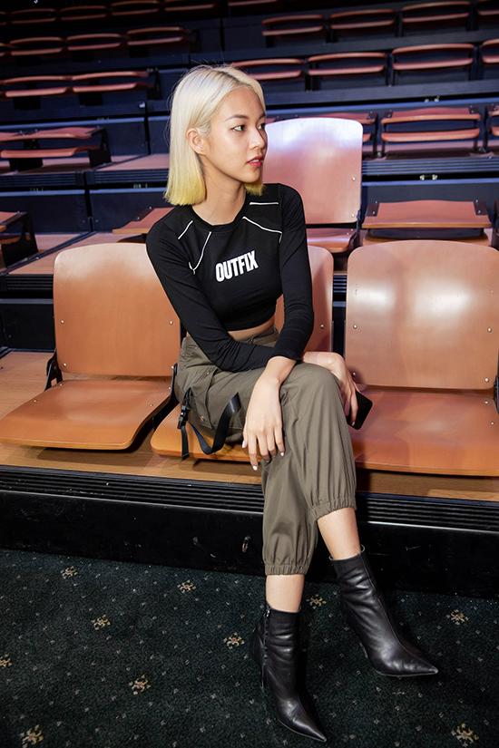 Phí Phương Anh ăn mặc cá tính khi đi tập catwalk.