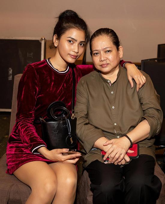 Trương Thị May luôn được mẹ theo sát và hỗ trợ hết mình khi tham gia các hoạt động của làng thời trang, showbiz Việt.