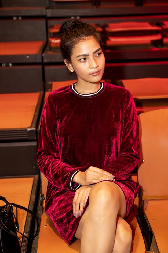 Trương Thị May ăn mặc đơn giản với thiết kế váy nhung tông màu đỏ rượu chát.