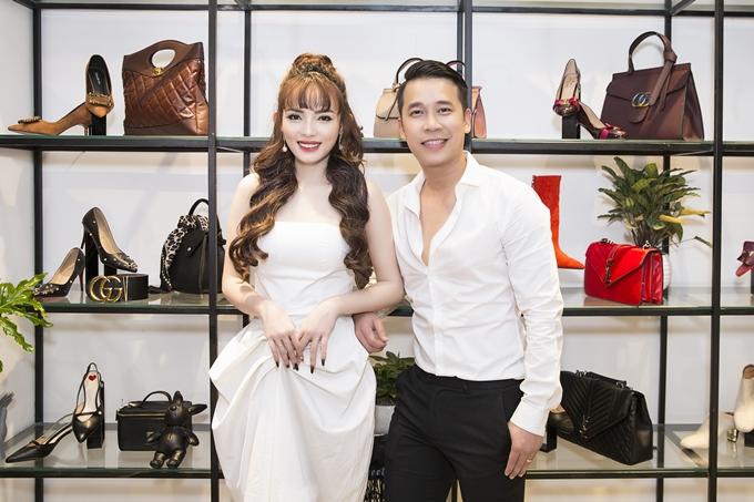 Việt Huê từng là hot girl - diễn viên xuất hiện trong một số bộ phim truyền hình như Hương vị ô mai, Ra giêng anh cưới em... và một vài MV ca nhạc. Tuy nhiên, từ sau khi lấy Lê Hoàng và lần lượt sinh cho anh hai cậu con trai kháu khỉnh, cô gần như biến mất khỏi showbiz.