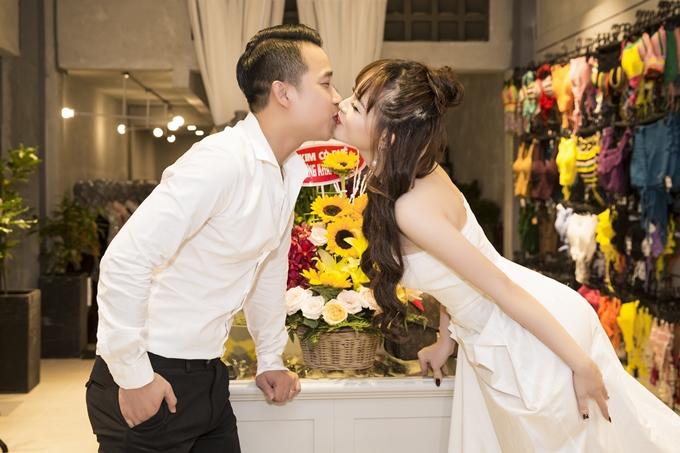 Hai vợ chồng trao nhau nụ hôn tình cảm. Lê Hoàng ban đầulo lắng vợ vất vả vừa kinh doanh vừa chăm sóc tổ ấm. Tuy nhiên, anh tin tưởng vào sự quyết tâm, cố gắng của vợ.