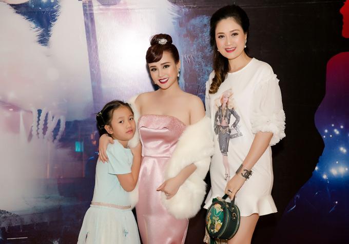 Hoa hậu Áo dài Đàm Lưu Ly cùng con gái đến chúc mừng Vy Oanh.