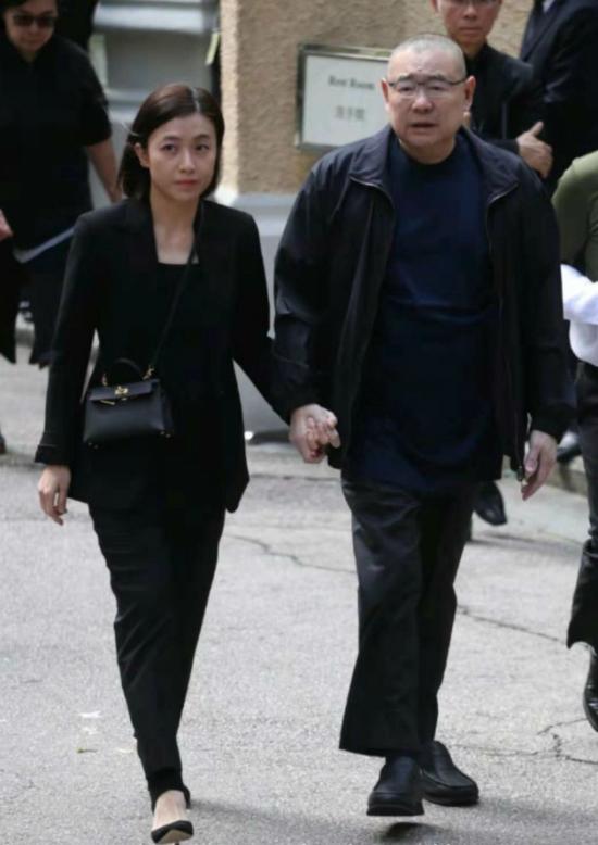 Hai vợ chồng nắm tay nhau rất chặt khi rời khỏi đám tang. Ông Lưu Loan Hùng được cho là đã sang tên cho Khải Vận hơn một nửa tài sản của mình, giúp cô trở thành người phụ nữ giàu nhất Hong Kong. Gần đây, khi cô sinh con thứ ba, cô lại tiếp tục được ông tặng một tổ hợp cao cấp.
