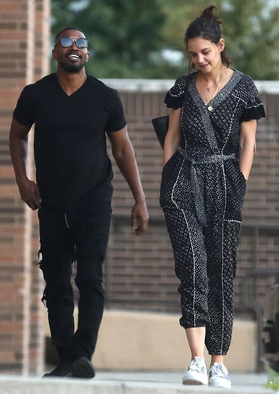 Katie Holmes và Jamie Foxx được trông thấy đi dạo trên đường phố New Orleans hôm 31/10. Cặp sao không che giấu niềm vui rạng ngời trên gương mặt.