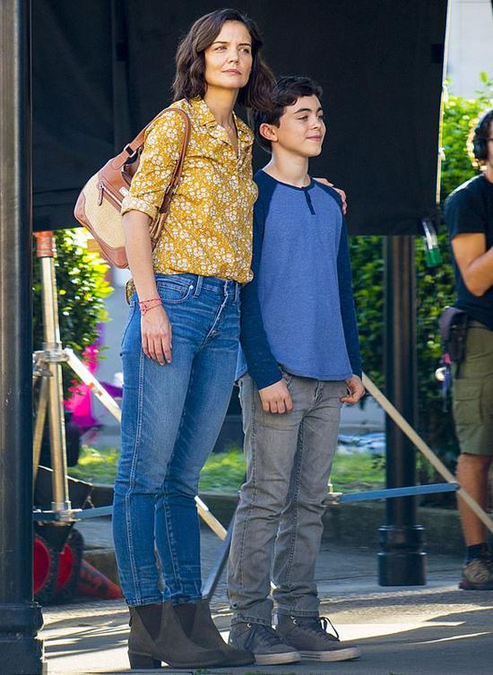 Katie và một diễn viên nhí đóng vai con trai của cô trong phim.