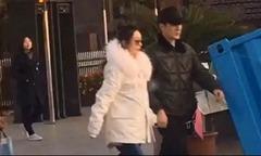 Triệu Lệ Dĩnh bế bụng bầu đi dạo với chồng