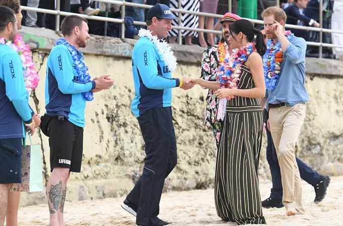 Meghan đi chân trần, bắt tay trưởng nhóm cứu hộ biển Bondi.