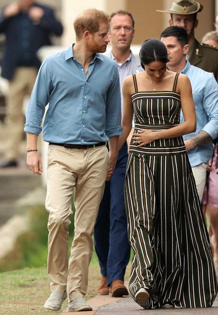Vừa đi, Meghan vừa lấy tay ôm bụng bầu. Cựu diễn viên Mỹ đang ở những tháng đầu của thai kỳ và dường như rất hạnh phúc với điều đó.