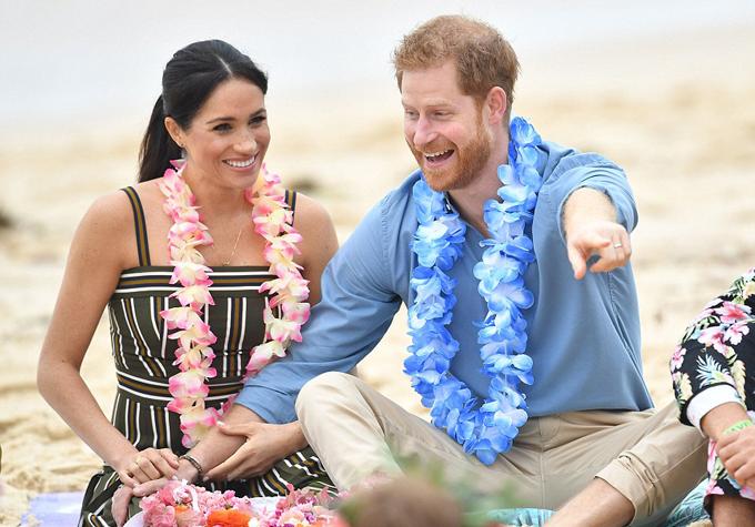 Harry cười nói thoải mái với các thành viên nhóm OneWave, tay không rời vợ. Cũng giống như người mẹ quá cố Diana, hoàng tử 34 tuổi đặc biệt quan tâm và đề cao đến vấn đề sức khỏe tâm thần. Năm 2016, anh là một trong những người sáng lập Heads Together, mộttổ chức từ thiệnhoạt động nhằm giúp mọi người cảm thấy thoải mái về tinh thần.