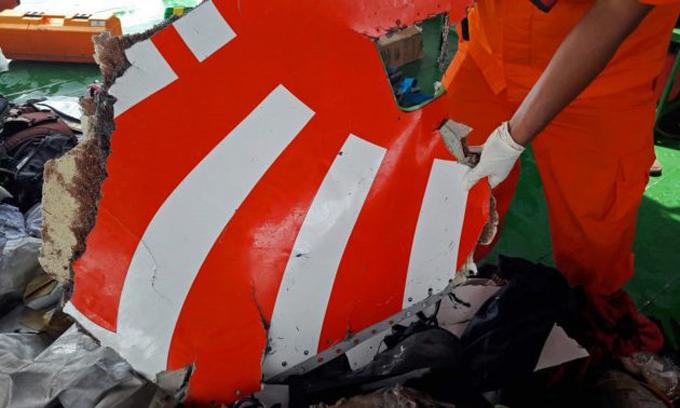 Một mảnh vỡ của máy bay được cứu hộ Indonesia vớt lên tàu hôm 29/10. Ảnh: AFP.