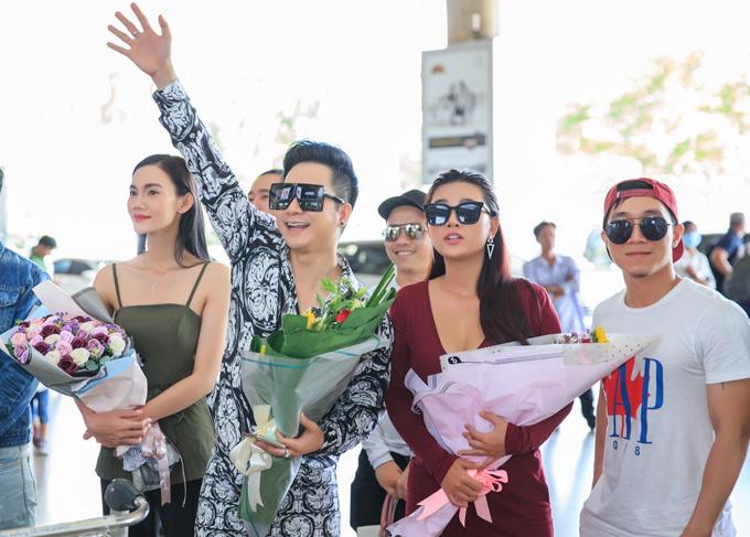 Một số bạn bè thân thiết cũng ra sân bay cùng Quách Tuấn Du. Chàng ca sĩ vui mừng vẫy tay khi thấy anh kết nghĩa ở cửa ra ga đến quốc tế.