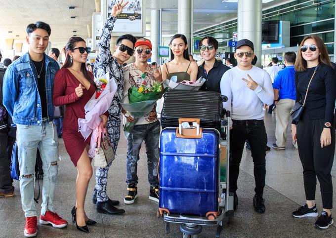 Ca sĩ Hoàng Kỳ Nam (ngoài cùng bên trái) rất hâm mộ tài chơi bài của Quí Nguyễn. Vua Pocker trò chuyện, chụp ảnh với bạn bè tại sân bay ít phút trước khi về nghỉ ngơi.