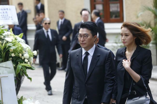 Dự đám tang hôm 1/11 có nhiều gương mặt quen thuộc, trong đó có vợ chồng doanh nhân Lý Gia Thành - Từ Tử Kỳ.
