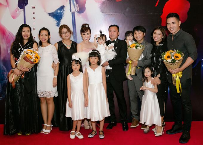 Ông xã Lê Thiện (mặc vest tuxedo) bế con gái Chích Bông tới ủng hộ vợ. Nhiều người thân và bạn bè cũng đến chung vui với Vy Oanh.