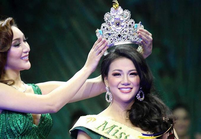 Phương Khánh nhận vương miện từ người tiền nhiệm - Karen Ibasco.