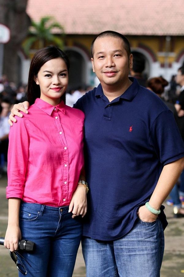Vợ chồng Phạm Quỳnh Anh - Quang Huy gắn bó với nhau suốt 16 năm. Họ tổ chức đám cưới năm 2012 và có hai con gái Tuệ Lâm và Tuệ An. Từ khi kết hôn, Phạm Quỳnh Anh cũng rút lui khỏi nghệ thuật, tập trung chăm sóc gia đình nhỏ và phụ chồng phát triển công ty giải trí. Tuy nhiên, mối quan hệ của cả hai được đồn đoán rạn nứt từ giữa năm 2017. Ngày 22/10, Tòa án Nhân dân quận 3 xác nhận đang thụ lý hồ sơ xin ly hôn của vợ chồng Phạm Quỳnh Anh. Cặp đôi cũng cho biết họ ly thân gần một năm nay và đây là quyết định họ đưa ra sau thời gian dài suy nghĩ. Hiện cả Phạm Quỳnh Anh và Quang Huy quen dần cuộc sống mới: Chúng tôi đã ổn định, học cách tôn trọng các mối quan hệ riêng hay chuyện cá nhân lẫn nhau. Mối quan tâm hàng đầu của tôi và anh Quang Huy là chăm lo hai con gái thật tốt.