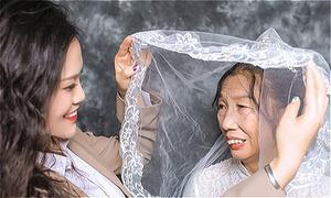 Cô gái giả làm chú rể để chụp ảnh cưới với mẹ già đơn thân