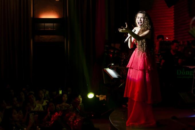 Nữ ca sĩ khoe vóc dángtrong trang phục của nhà thiết kế Trần Hùng, Trong đêm nhạc, Hồ Ngọc Hà còn dẫn dắt chương trình bằng những câuchuyện hài hước, dí dỏm khiến khán giả liên tục vỗ tay tán thưởng.