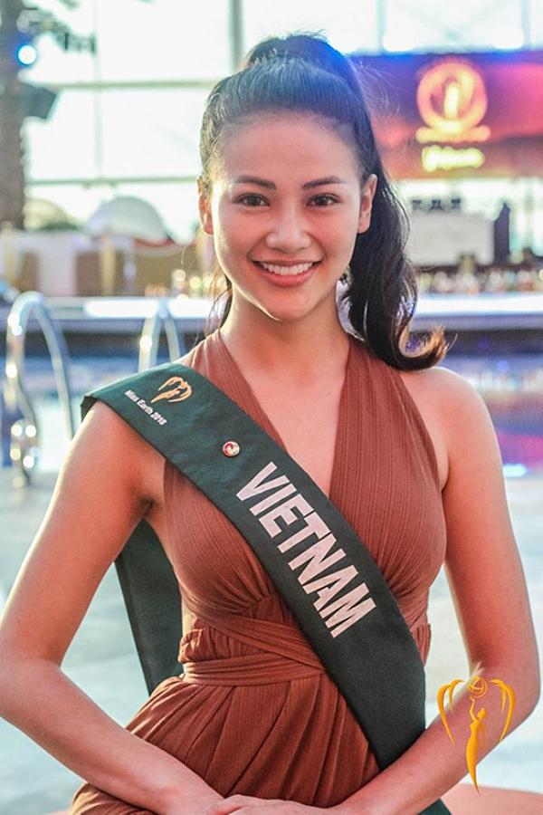 Phương Khánh chụp ảnh mặt mộc - một phần thi đặc trưng của Miss Earth. Cô được khen có vẻ đẹp tự nhiên, nụ cười rạng rỡ.