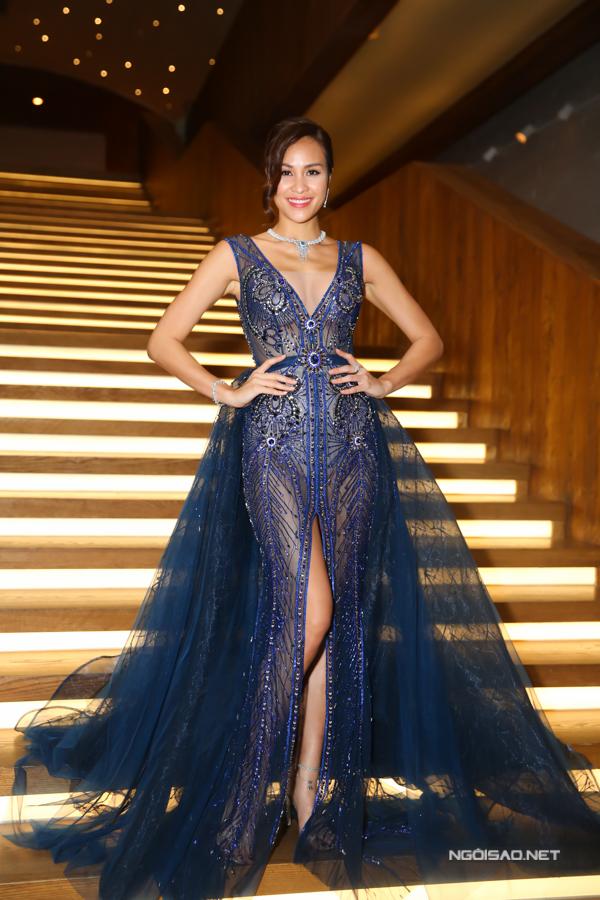 Váy dạ hội của Phương Mai bắt mắt hơn nhờ kỹ thuật đính kết kỳ công trên nền chất liệu xuyên thấu.