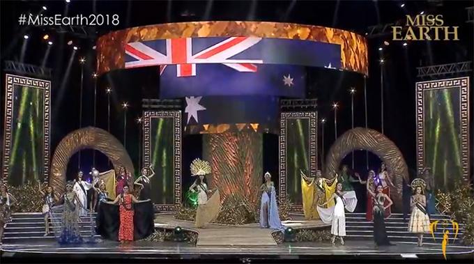 Người đẹp Việt Nam (ngoài cùng bên phải) và các thí sinh châu Á trình diễn trên sân khấu chung kết.