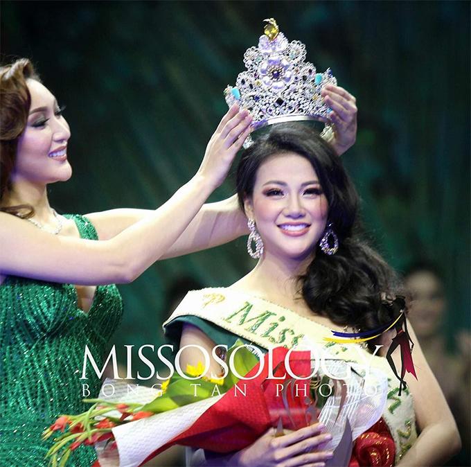 Phương Khánh rạng ngời hạnh phúc khi đăng quang.