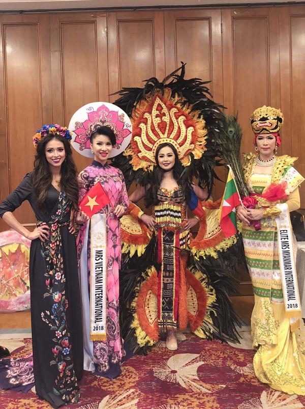 Loan Vương chụp ảnh cùng một số thí sinh khác trong hậu trường chung kết Hoa hậu Quý bà Quốc tế 2018.