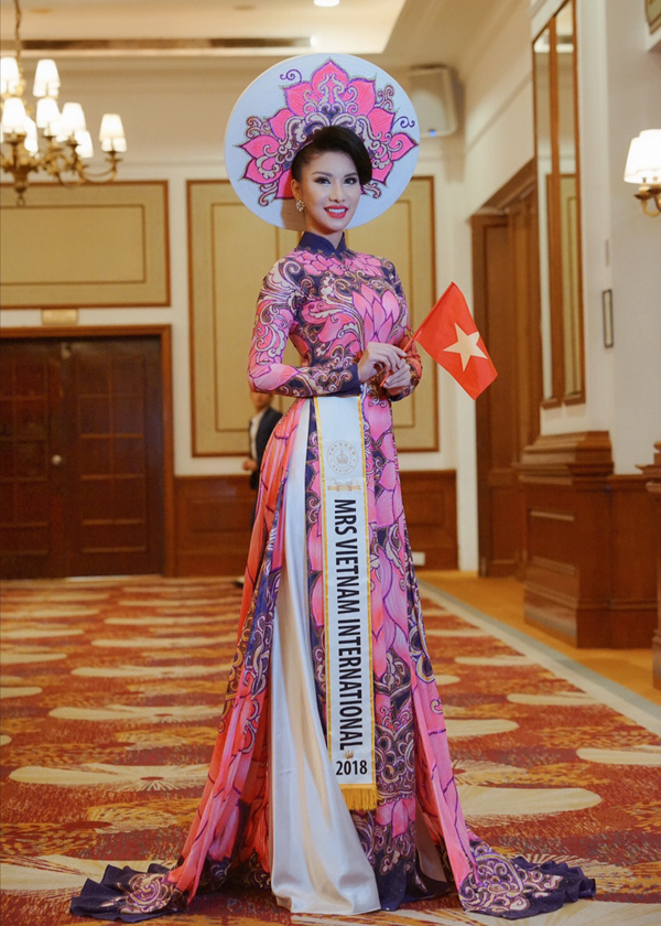 Loan Vương tên thật là Vương Ngọc Loan, sinh năm 1986, hiện là tiếp viên của hãng hàng không quốc gia Việt Nam. Cô vừa gây bất ngờ khi đại diện Việt Nam thi Mrs International 2018. Loan Vương tranh tài cùng hơn 30 người đẹp đến từ các quốc gia và vùng lãnh thổ trên thế giới.