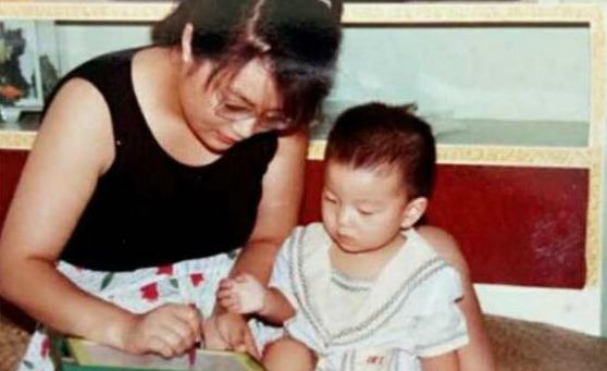 Những kỹ năng vốn là bình thường đối với trẻ khác như cầm đũa, cầm bút... đều khiến hai mẹ con Zou phải luyện tập cùng nhau nhiều ngày.