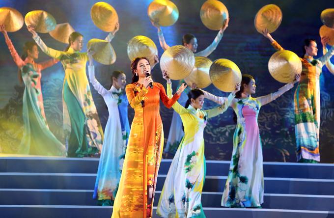 Ngoài tiết mục hát với em gái, Tố My còn thay áo dài, thể hiện riêng ca khúc Hà Tiên.