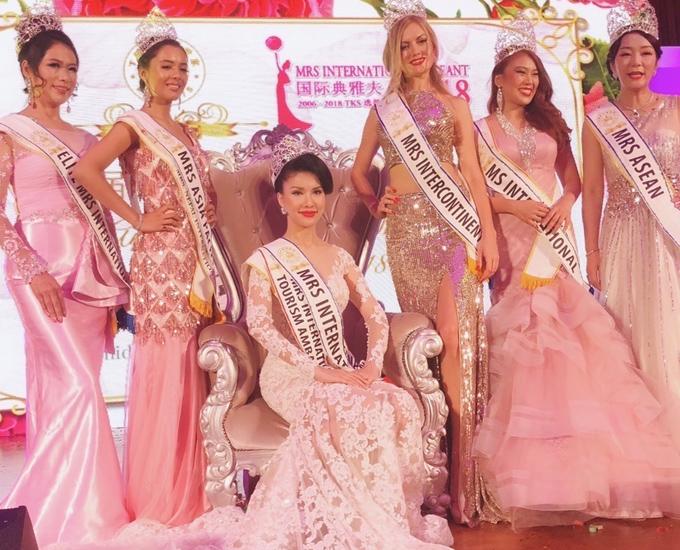Cô khoe vẻ lộng lẫy khi diện trang phục của nhà thiết kế Vĩnh Thụy, chụp ảnh cùng các Á hậu Mrs International 2018 trong phút đăng quang trên sân khấu Singapore, tối 3/11.