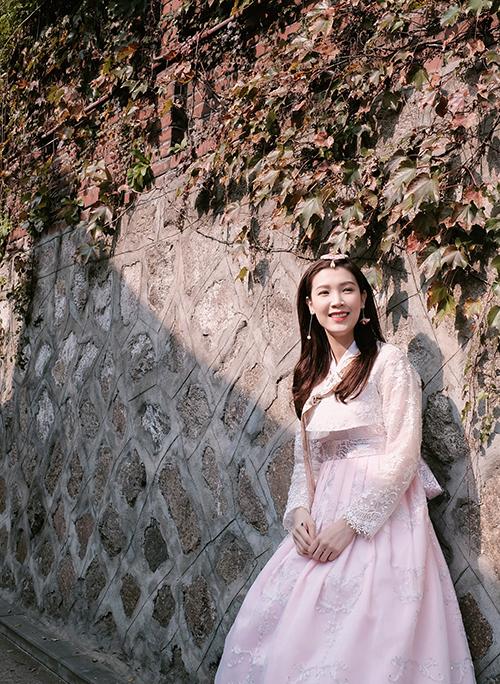 Hoa hậu Áo dài 2018 cho biết, cô đi du lịch ở Hàn Quốc 5 lần nên khá thông thuộc về đường phố Seoul cũng như các điểm vui chơi, mua sắm và ăn uống. Lần này có cậu con trai Bean đi cùng, hai mẹ con dành rất nhiều thời gian vui vẻ bên nhau. Bean tỏ ra rất hào hứng khi lần đầu được mặc trang phục hanbok. Cậu nhóc cũng không quá kén ăn uống và hợp với các món ăn ở xứ sở kim chi.