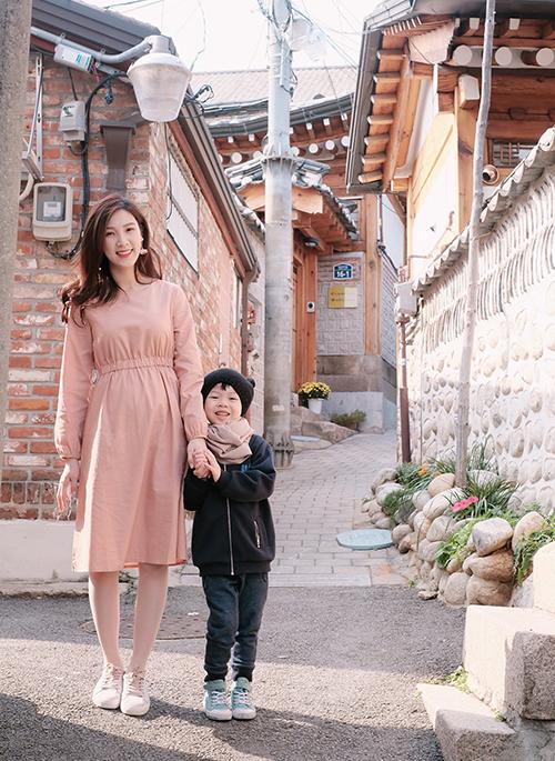 Hoa hậu Áo dài Phí Thùy Linh và con trai đầu lòng - bé Bean, có chuyến du lịch dài ngày ở Seoul nhân dịp cậu bé tròn 5 tuổi vào tháng 10 vừa qua. Ban đầu người đẹp sinh năm 1988 dự định đi nghỉ cùng cả gia đình, tuy nhiên do ông xã cô bận rộn với việc kinh doanh nên cuối cùng chỉ có cô và con trai lên đường khám phá Hàn Quốc vào mùa thu.