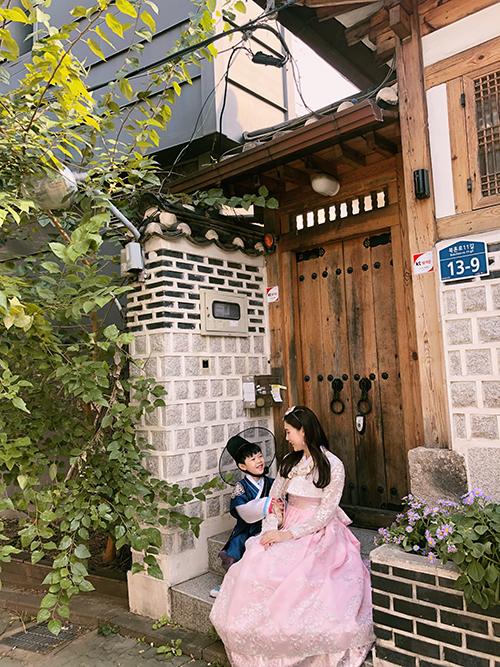 Trong chuyến kéo dài gần một tuần lễ, Phí Thùy Linh đã đưa con trai ghé thăm một số địa danh như: làng cổ Bukchon Hanok, cánh đồng lau ở công viên Sky Park (hay còn gọi là công viên Haneul), suối Cheonggyecheon, công viên Lotte World, bảo tàng ở Dongdaemun và một số khu mua sắm Myeongdong, Sinchon, Gangnam...