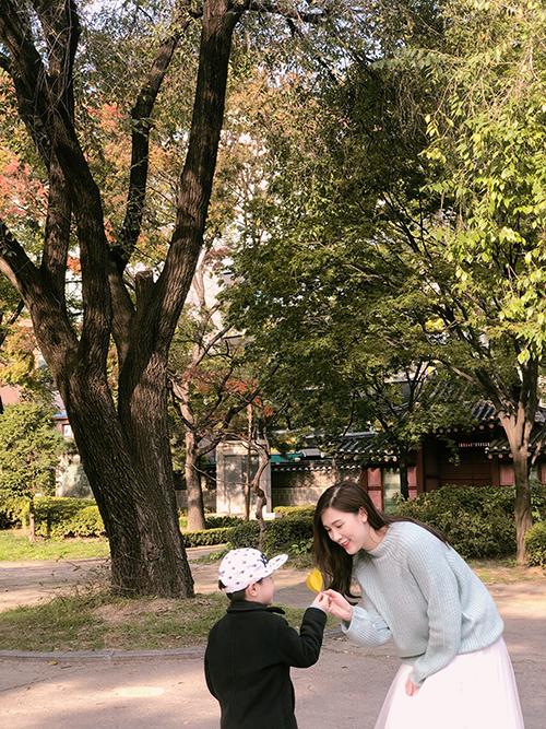 Riêng về chuyện ăn uống, người đẹp và con trai đều yêu thích ẩm thực Hàn Quốc. Cả hai tranh thủ ăn thịt nướng, king crab, nhiều món ăn đường phố như kem, hạt dẻ, khoai lang, các loại bánh...