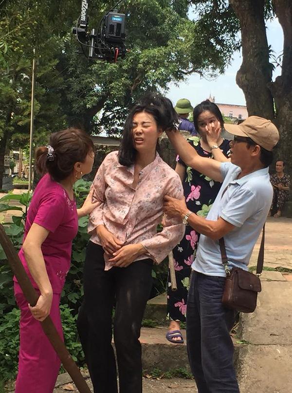 Đạo diễn Mai Hồng Phong chỉ đạo diễn xuất cho Thanh Hương tại phim trường.