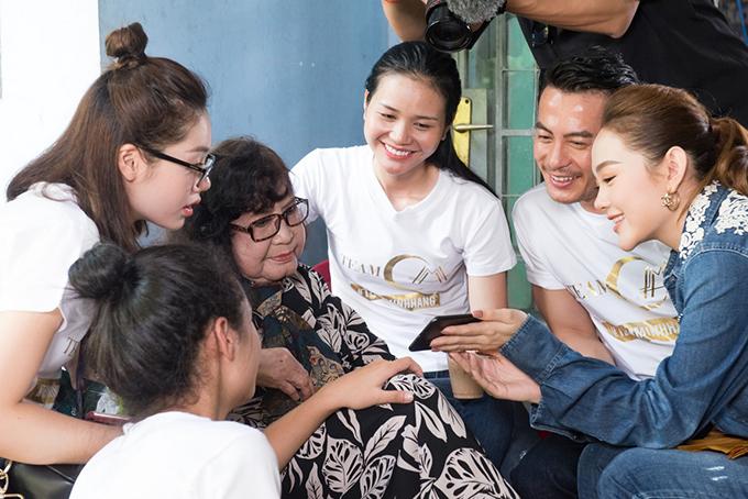 Minh Hằng và các thành viên trong team đã thể hiện nhiều tiết mục ca hát tập thể để mang tới bầu không khí rộn rã tiếng cười.