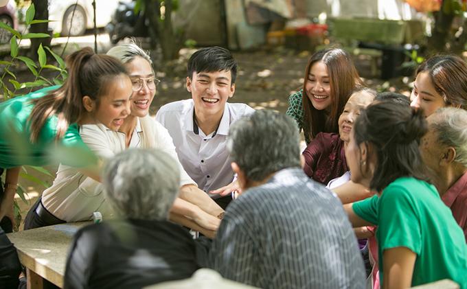 Thanh Hằng không cho đây là một thử thách mà là một cơ hội để cô cùng các thành viên trong team của mình chia sẻ tình cảm cùng các bậc tiền bối đi trước.