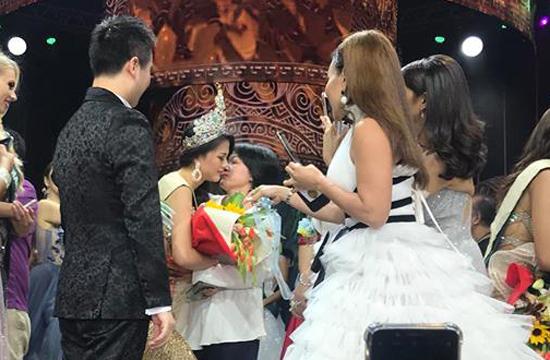 Mẹ Phương Khánh ôm chầm chúc mừng con gái sau giây phút đăng quang.