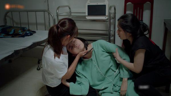 Bác sĩ Hoài Phương và y tá Mai khi cấp cứu cho trung uý Minh Ngọc trong Hậu duệ mặt trời bản Việt.