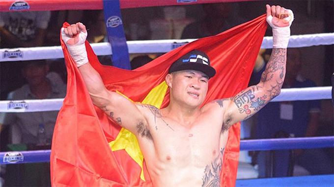 Trương Đình Hoàng chuẩn bị sẵn cờ để ăn mừng nhưng anh bất ngờ bị xử thua.