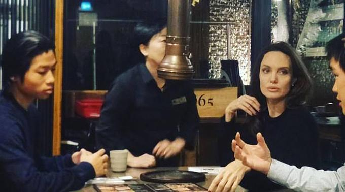 Hai mẹ con được một người bạn Hàn Quốc (áo trắng bên phải) dẫn tới nhà hàng này.