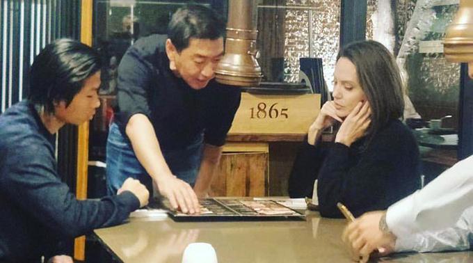 Các fan xứ kim chia chia sẻ hình ảnh Pax Thiên (bên trái) và mẹ Angelina Jolie tại nhà hàng đồ nướng CafeJiBob ở thủ đô Seou, Hàn Quốc hôm 2/11.