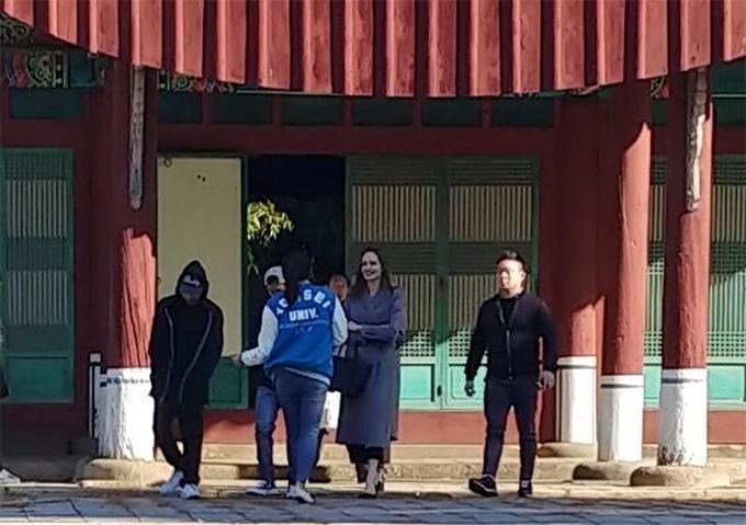Cũng trong chuyến đi này, cô đưa con trai cả Maddox (đội mũ lưỡi chai trắng) và Pax Thiên đến thăm trường đại học Yonsei ở Seoul. Cậu cả Maddox người Campuchia vốn đang học tiếng Hàn và rất thích thú khám phá xứ sở kim chi.