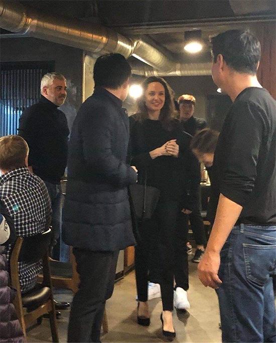 Nhiều người hâm mộ nhận ra Angelina Jolie trong nhà hàng. Minh tinh Hollywood niềm nở trò chuyện với mọi người.