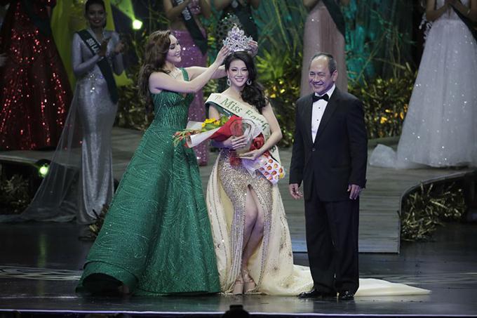 Phương Khánh nhận vương miện từ Hoa hậu Trái đất 2017Karen Ibasco. Ảnh:ABS-CBN News.