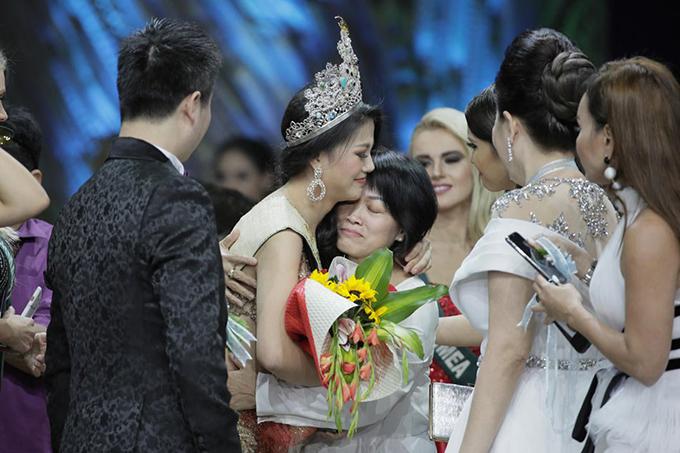 Phương Khánh trong vòng tay chúc mừng của người thân và các thí sinh.Ảnh:ABS-CBN News.