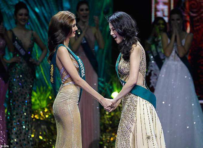 Giây phút hồi hộp của Phương Khánh và đại diện của Áo khi nghe xướng tên Hoa hậu Trái đất.