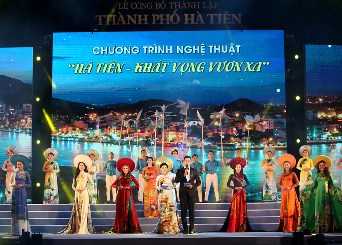 Chương trình nghệ thuật Hà Tiên - Khát vọng vươn xa mừng Lễ công bố thành lập Thành phố Hà Tiên còn có màn trình diễn sưu tập áo dài của nhà thiết kế Việt Hùng.