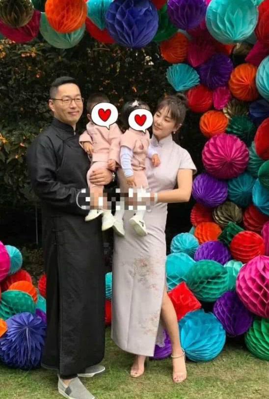 Đôi vợ chồng chụp hình với hai con.